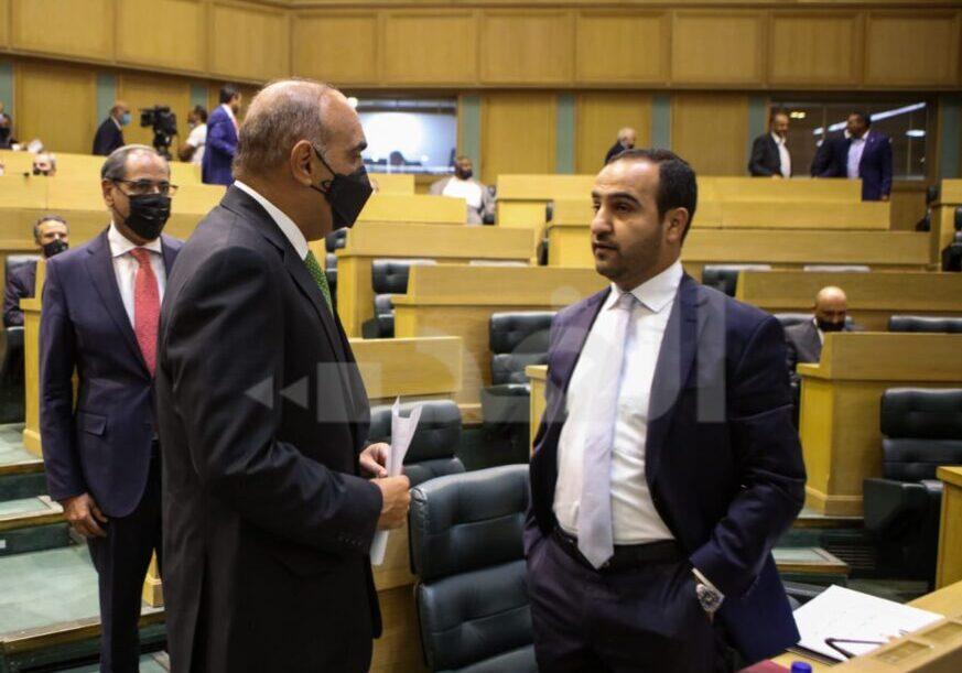 رئيس الوزراء يغادر مجلس النواب لدى أرجاء افتتاح أولى جلسات دورته الاستثنائية جراء جلوس احد النواب محل الرئيس/ فيديو