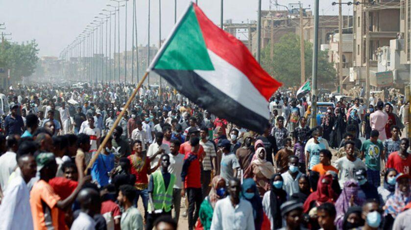 أزمة متصاعدة في شرق السودان والمحتجون يغلقون المطار والميناء ويقطعون خطوط النفط والسكك الحديدية وطريق الحافلات